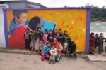 Muurschildering Guatemala trekt publiek van kinderen en koeien